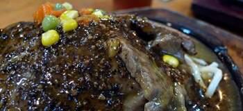 鐵板滋滋響,肉質鮮嫩、口感極佳,視覺超享受